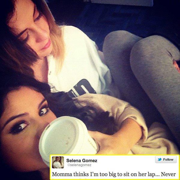 Selena Gomez se sienta en la falda de su madre