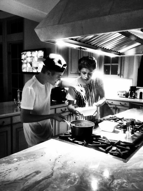 Justin y Niall (1D) (más video de Justin tocando el piano y scarybieber foto y Justin de caramelos)
