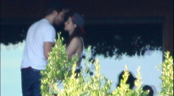 Kristen Stewart y Robert Pattinson besandose en la piscina