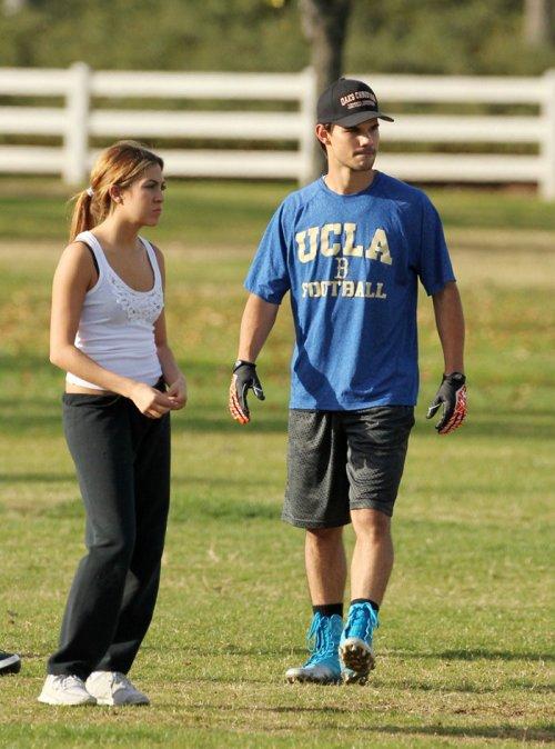 Taylor Lautner y Sara Hicks jugando a Fútbol americano
