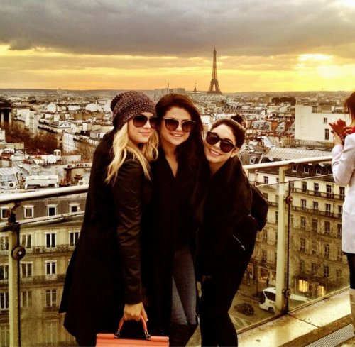 Selena, Vanessa y Ashley en Paris