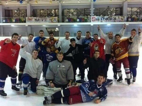 Justin Bieber jugando a Hockey en Russia
