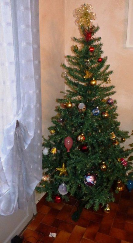 mon sapin Et chez vous, comment est-il ? Un vrai ou pas ? De quelle couleur et décoré de quelle façon ? Ici, c'est un faux, vert, généralement décoré en rouge et or,!!! bonne fin d'année