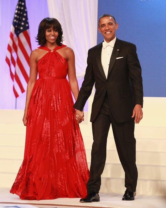 La femme en robe rouge...