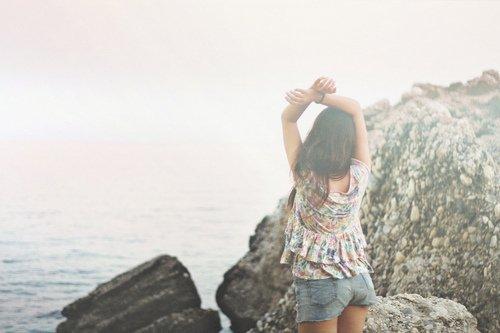 Article o7 - Ne reste jamais seule, car si tu es seule tu penses. Si tu penses, tu te souviens. Si tu te souviens, tu pleures et si tu pleures, c'est que tu l'aimes encore ♥