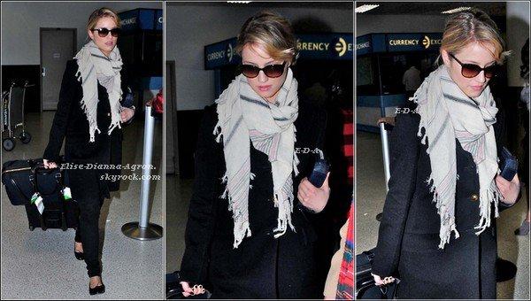 08 Mars 2012 : Dianna à l'aéroport LAX, de retour chez elle après son escale à Paris!