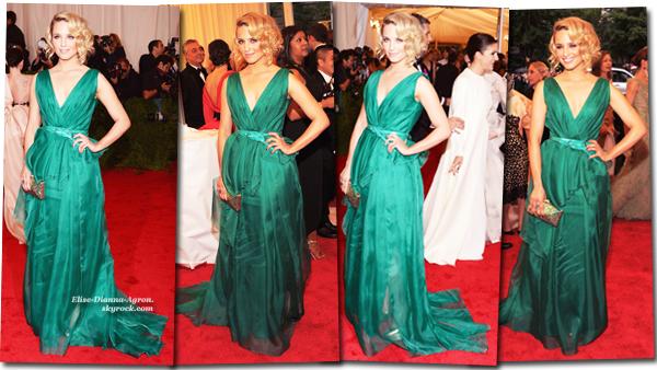 Hier soir Dianna était au MET Costume Institute Gala 2012! De nombreuses stars étaient présentes comme ses co-stars, Lea Michele et Darren Criss! Côté tenue, je trouve que le vert lui va très bien, j'adore sa robe, elle porte une robe Carolina Herrera! J'aime beaucoup sa coiffure également ! Vous aimez ? Top ou Flop ?