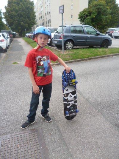 Skate freestyle et casque pour le trajet école-maison