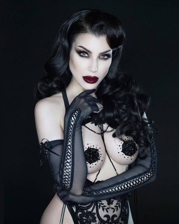 So sexy goth !