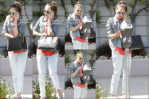 . 19/05/12 : Jessica Alba a été photographié payant sa place de parking dans Beverly Hills à Los Angeles.  .