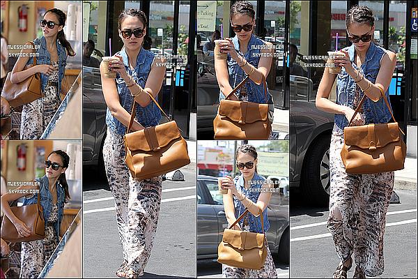 . 21/05/12 : Jessica et une amie allant chercher un café avant de se rendre à son bureau à Los Angeles.  .