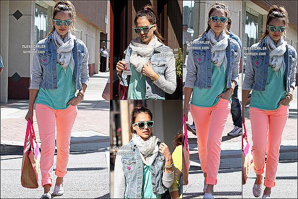 . 22/05/12 : Jessica et son amie ont été vu sortant du restaurant « Le Pain Quotidien » à Los Angeles..  .