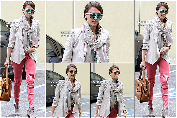 . 25/05/12 : C'est une très jolie Jessica qui a été photographié se rendant à son bureau à Los Angeles.  .