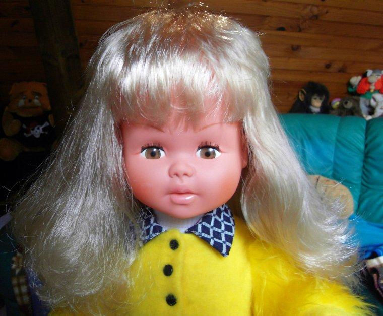 Je vous présente Carine, poupée neuve en boite.