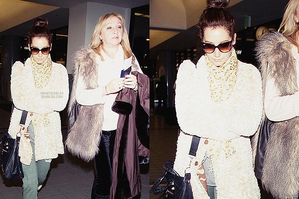 ♦CANDIDS 03 mars 2011 //Ashley a été aperçue à l'aéroport LAX avec sa mère pour prendre un vol à Vancouver ~