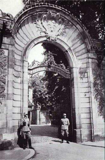 Sentinelles allemandes montant la garde devant le portail de l'actuel hôtel du préfet