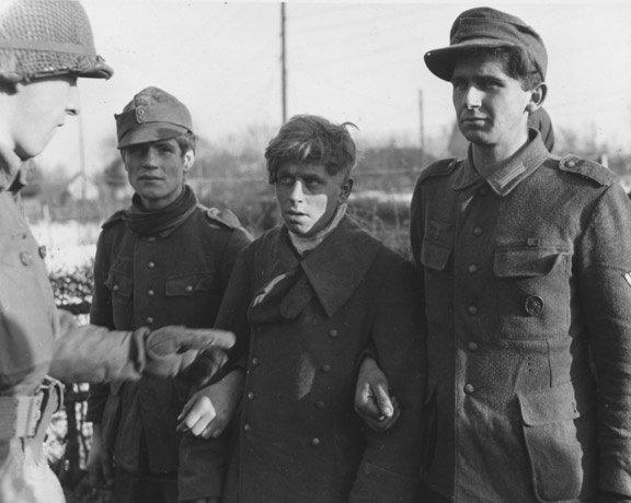 Prisonniers allemands dans les environs de Strasbourg. le soldat à gauche est français. 14 décembre 1944