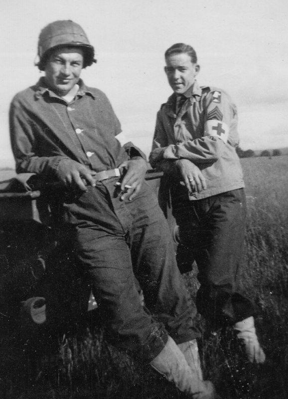 Gerald Grimes et John Howard dans le Camp Adair.