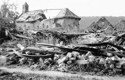 En 1945, la chapelle est presque entièrement détruite par les bombardements alliés                                                      Les ruines de la chapelle après les bombardements alliés de 1945