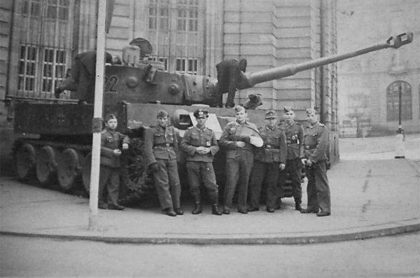 Char Tigre n° 222 de la Schwere Panzer Abteilung 503 devant le Palais Rohan
