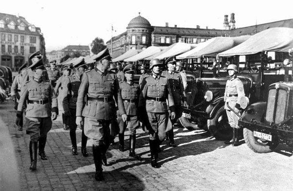 Revue de troupes à Strasbourg, place de la gare (1940)