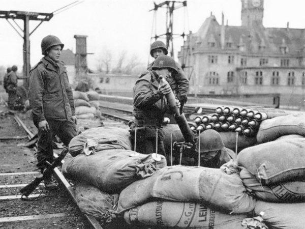 Servants d'un mortier M1 de la 7e Armée US le long d'une voie ferrée