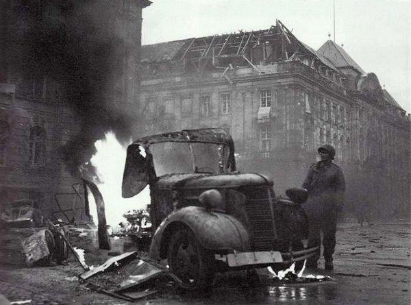 Véhicule en feu Place de la République