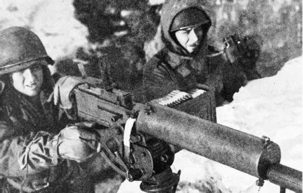 Photo du mitrailleur Leon Outlaw en position près de Rimling, il abattra quasiment 100 allemands durant l'assaut de la 17eme SS sur Rimling !