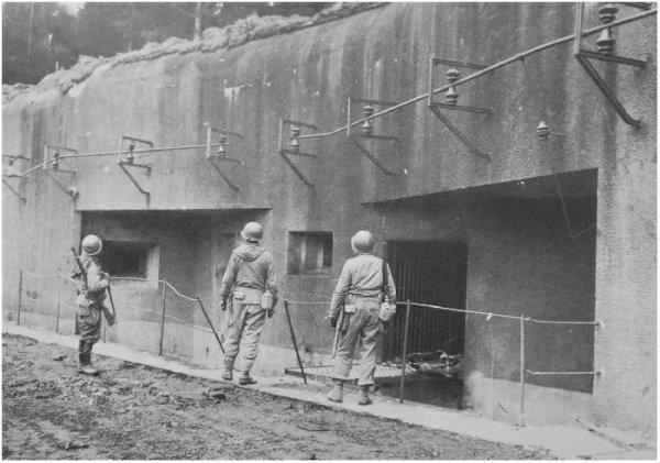 des américains devant l'entrée des hommes en 1945