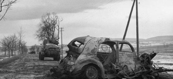 photo d'une route près de Herrlisheim, un véhicule détruit par un Sherman du 23ème Tank Battaliona le 4 février 1945.