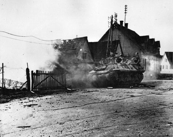 Un chasseur de chars américain de la Septième armée américaine d'Alexander Patch tire sur des positions allemandes dans une usine de Kaltenhouse, dans la banlieue de Haguenau.