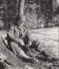 Soldat Américains changeant de chaussettes pour éviter le pied de tranchée, Wingen, 1944