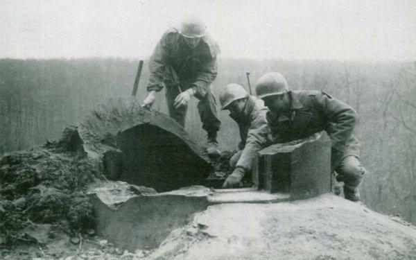 Simserhoff, 44th Infantry Division - 71st IR, Co E 3 GI's observant l'effet de 1000 lb de TNT sur une cloche blindée