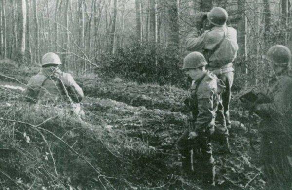 Simserhoff, 44th Infantry Division Lt Col William H. Fowler observe l'ouvrage depuis les bois