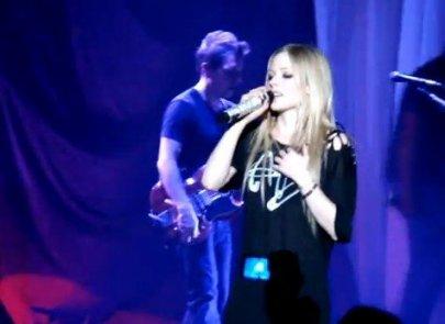 Avril Lavigne perd sa voix lors d'un concert à Londres....