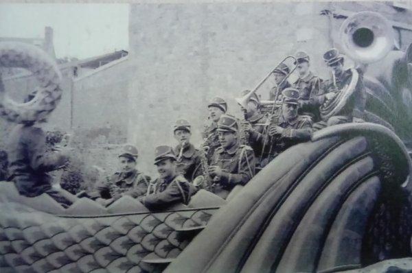 La parade arrive : Le char du Dragon ... (1949)