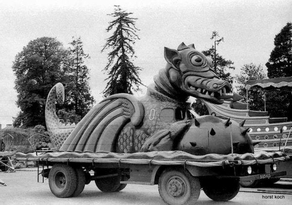 La parade arrive : Le char du Dragon ... (1949)