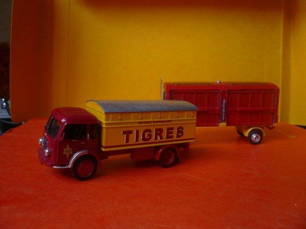 Ce convoi routier en deux exemplaires de deux fabricants ...
