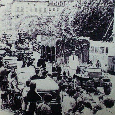 Le parade arrive  : Charles Spiessert en tête du défilé