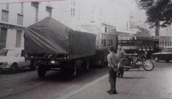 Le cirque arrive ... Les convois routiers entrent en ville  1 ère partie ...