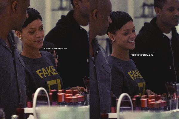 .Candids. : 21.12.2012 : Rihanna se trouve actuellement en Barbade où elle se ressource et passe les fêtes de fin d'année auprès de ses proches. Elle a été aperçu se promenant dans la ville avec ses proches.