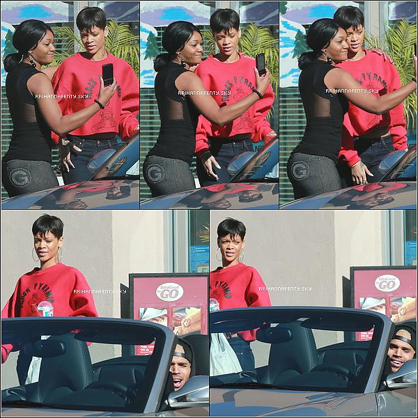 .Candids. : 02.01.2013 : Rihanna et Chris Brown ont été aperçus plus tôt hier devant un magasin à Los Angeles. Une fan en a profité pour prendre une photo avec eux.