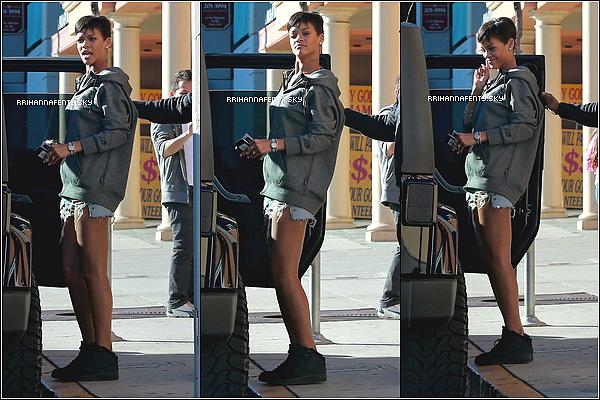 .Candids. : 03.01.2013 : Rihanna semble vouloir se montrer en ce moment car elle a été aperçue dans les rues de Los Angeles sortant d'un salon de manucure. La belle était seule mais n'a pas hésité à se faire prendre en photo avec une jeune fan toute souriante.