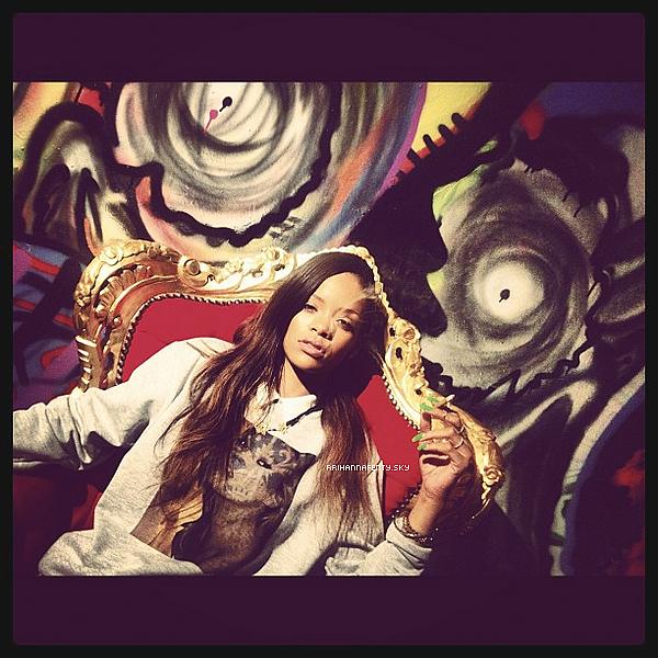 .Candids. : 19.01.2013 : Rihanna a été aperçue hier soir allant dîner à un restaurant à Los Angeles. Elle a été photographiée par les paparazzis à son arrivée, sortant de sa voiture.