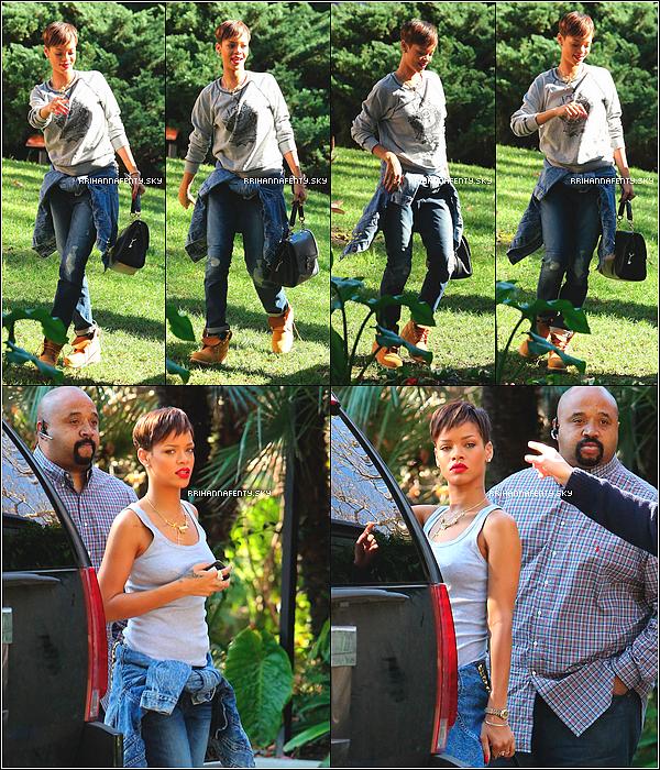 Candids : 28.01.2013 : Rihanna a été aperçue dans les rues de Los Angeles après avoir passé sa nuit dans une boîte de nuit. Plus tard dans la journée, elle s'est rendue à l'aéroport de LAX pour une destination inconnue.