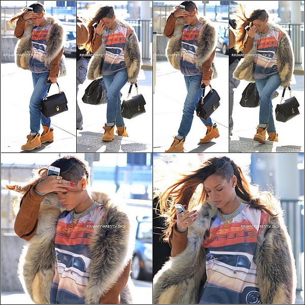 Candids : 31.01.2013 : La chanteuse a été aperçue quittant son hôtel new yorkais afin de rejoindre l'aéroport, pour une destination inconnue pour l'instant. Les cheveux longs sont de retour pour le grand plaisirs de tous! Après s'être rendue à New York pour des projets professionnels, Rihanna a été aperçue hier arrivant à l'aéroport LAX à Los Angeles, toute souriante. Elle y continuera dans les prochains jours les répétitions pour le Diamonds World Tour ainsi que pour sa performance aux Grammy Awards le 10 février.