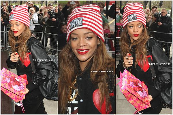 Candids : 15.02.2013 : Rihanna a été aperçue hier arrivant à l'aéroport LAX à Los Angeles, certainement prête à embarquer pour un vol à destination de Londres, où elle est attendue demain pour présenter sa collection avec River Island. Le lendemain, elle a été aperçue arrivant à son hôtel à Londres. Certains fans chanceux ont eu la chance de lui parler.