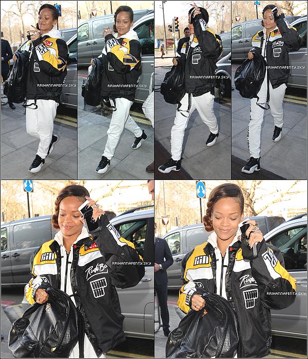 Candids : 03.03.2013 & 04.03.2013 : Rihanna a été aperçue à l'aéroport LAX à Los Angeles. La chanteuse se dirige à Londres pour l'ouverture de sa collection en collaboration avec la marque River Island. Le lendemain, elle a été aperçue arrivant à son hôtel, portant une fois de plus la veste du Diamonds World Tour.