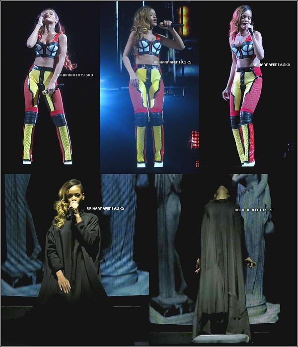 Live Performances : 14.03.2013 : Rihanna a donné un concert hier soir dans la ville de Philadelphie aux États-Unis dans le cadre du Diamonds World Tour. Elle semblait de nouveau être en pleine forme hier soir comme en témoignent les dernières photos de la chanteuse en coulisses avec des ami(e)s.