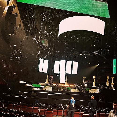 Live Performances : 17.03.2013 : Rihanna était à Montréal au Québec dans le cadre du Diamonds World Tour dont j'ai assistée à ce concert. C'était une magnifique soirée, Rihanna était sublime, elle chantait bien malgré sa laryngite de dernièrement. Le seul point négatif, c'est lorsque A$AP Rocky est sortit de scène, Rihanna nous a fait patientée pendant presque deux heures. Mais dès elle a chanté les premières paroles de Mother Mary, vite le public est redevenu déchaîné! Un concert à voir, je vous le conseille tous.